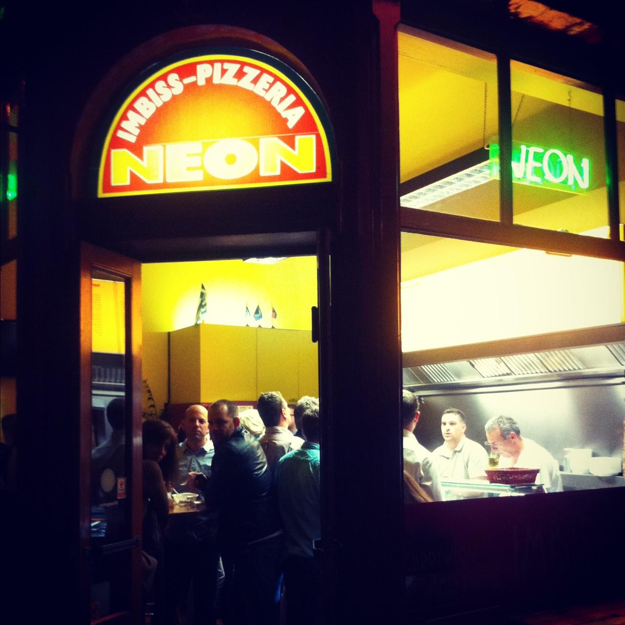Keine Party ohne Neon – Pommes am Friesenplatz!